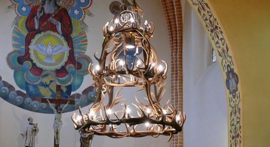 Żyrandol wykonany ze zrzutów w kościele w Orzechowie