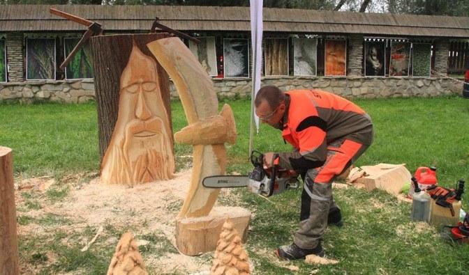 Tomasz Bilski pokazał prawdziwe mistrzostwo w rzeźbieniu przy pomocy pilarki