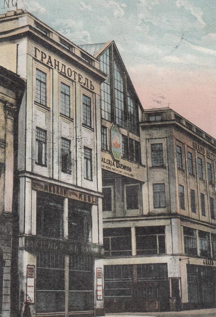 Wejście do Galerii Luxenburga przy ul. Senatorskiej 29 w Warszawie, gdzie mieściły się biura głównego zarządu lasów